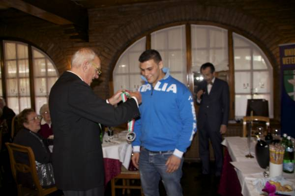 il presidente Cunego premia Ciro Busto